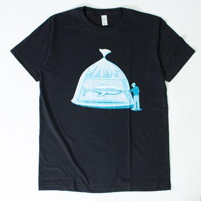 プリントTシャツ 捕われのサメ メンズ/レディース/半袖/おもしろ/おしゃれ/ttt-01 nki-0040